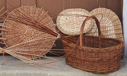 Mimbre cester a tradicional - Decorar cestas de mimbre paso a paso ...